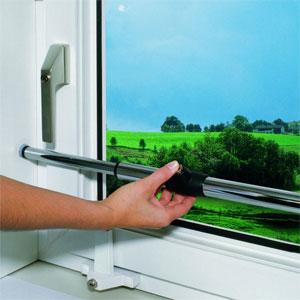 Beispielbild: Teleskopstange als Fenstersicherung installiert.