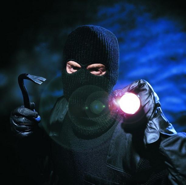 Einbrecher-mit-TaschenlampevVxBLvGoUHSFt